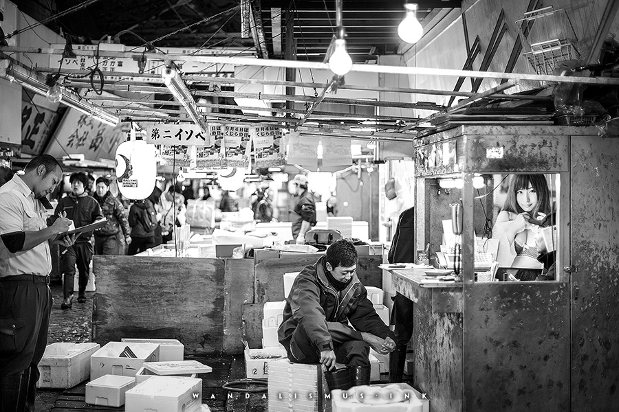 Woman in a Men's World, Tsukiji Fishmarket Tokyo Japan 2016 © Wanda Proft, WANDALISMUS.INK